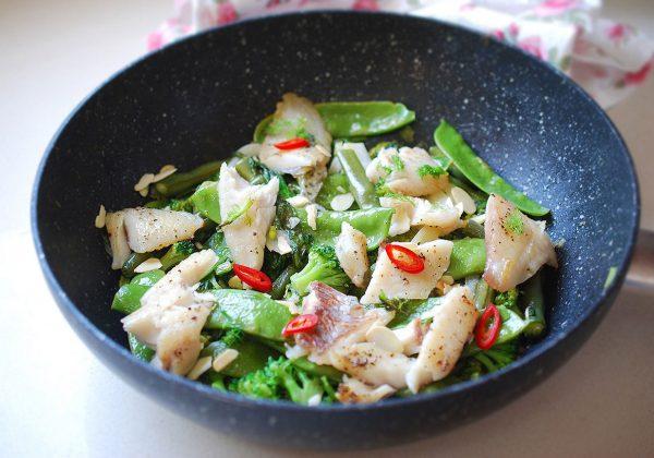 ירקות ירוקים מוקפצים עם דג מושט