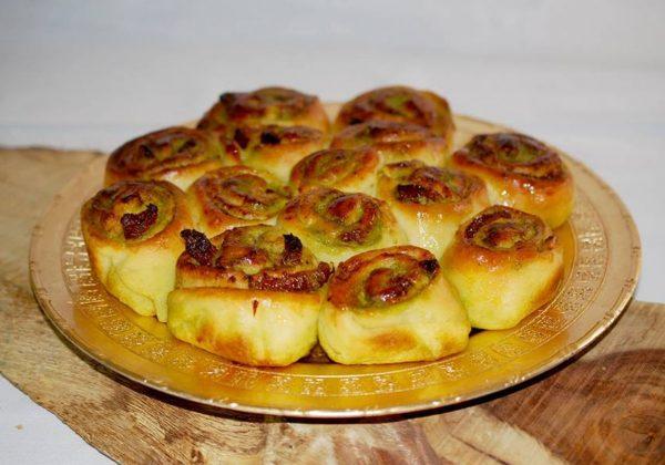 מאפה שמרים שושנים עם פסטו ועגבניות מיובשות