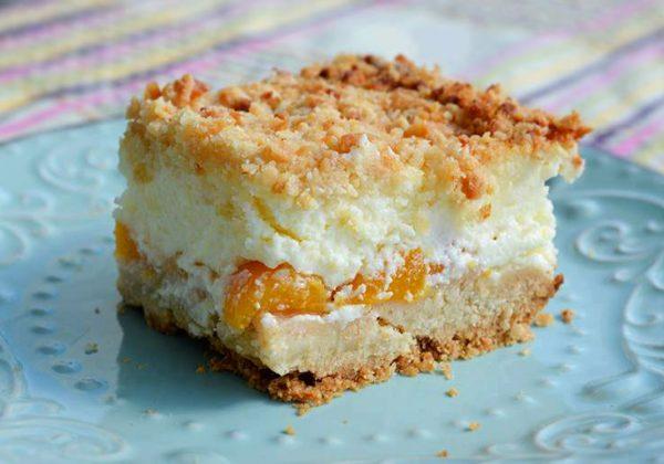עוגת גבינה עם אפרסקים ושטרויזל